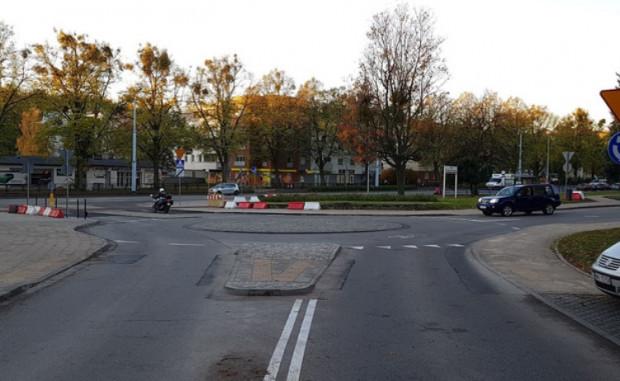 Rok po przebudowie remontu wymagało najpierw rondo, a teraz przejście dla pieszych widoczne w lewym rogu zdjęcia.