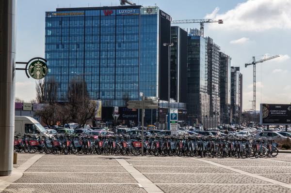 Jedno z największych skupisk rowerów Mevo pod biurowcami w Oliwie.