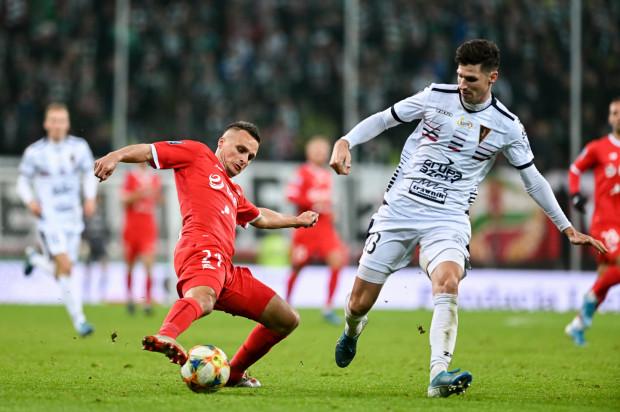 Sławomir Peszko nie był zadowolony ze stanu murawy podczas meczu z Pogonią. Dwóch innych piłkarzy Lechii jeszcze w pierwszej połowie musiało zmieniać obuwie. Na szczęście nie oznacza to jednak, że w Gdańsku wracają znane sprzed lat problemy z nawierzchnią.