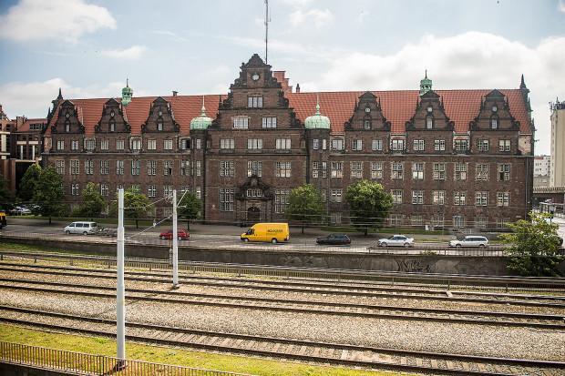 Budynek przy ul. Okopowej 9 to jeden z niewielu gmachów w centrum Gdańska, który przetrwał II wojnę światową bez szwanku. Żołnierze radzieccy nie zniszczyli go m.in. ze względu na ukryte w nim archiwa niemieckich służb.