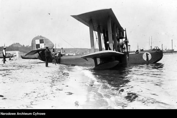 Hydroplan Latham Morskiego Dywizjonu Lotniczego zacumowany przy plaży w Gdyni.