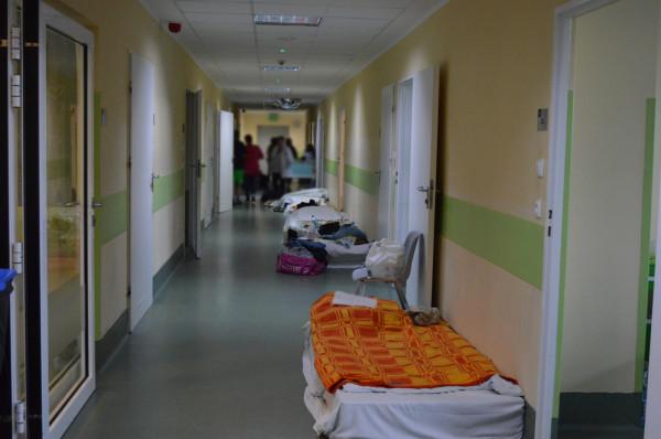 Obecnie na oddziale Wojewódzkiego Oddziału Psychiatrycznego przebywa 50 małoletnich pacjentów (na 35 łóżek). Ci, dla których nie starczyło łóżek, zajmują materace rozstawione na szpitalnych korytarzach.