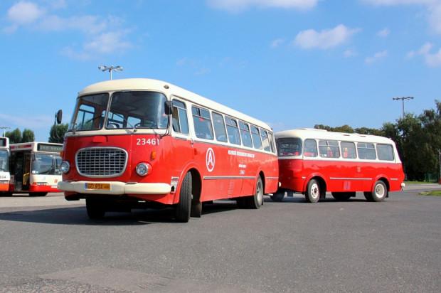 """W historycznej flocie GAiT znajduje się m.in. autobus Jelcz 043, zwany """"ogórkiem"""" z przyczepką P-01, czyli tzw. """"korniszonkiem""""."""