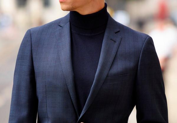Zamiast klasycznej koszuli proponujemy elegancki golf z wełny merino, który świetnie komponuje się z marynarką.
