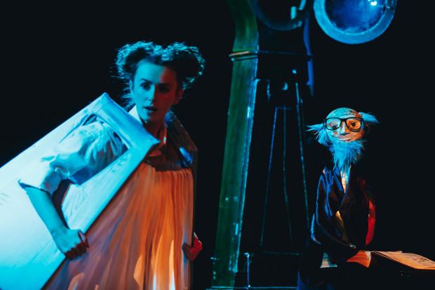 """""""Zuchwała historia z zakurzonej półki"""" to spektakl plastyczny utrzymany w nieco mrocznym klimacie."""