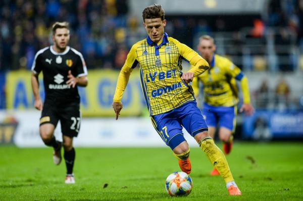 Maksymilian Banaszewski zagrał 83 mecze na poziomie I ligi i 60 w II lidze w barwach Znicza Pruszków i Stali Mielec. W poprzednim sezonie wystąpił w 8 spotkaniach ekstraklasy w Arce Gdynia. Całą jesień spędził jednak w rezerwach żółto-niebieskich. Otrzymał zielone światło i zimą może zmienić klub.