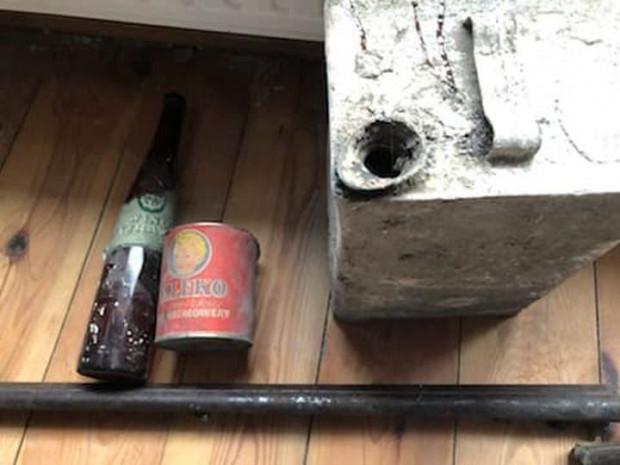 Oprócz karabinów w skrytce znajdowały się trzy inne przedmioty: butelka po winie, puszka po mleku w proszku dla niemowląt oraz kolejna puszka, prawdopodobnie przechowywano w niej olej.