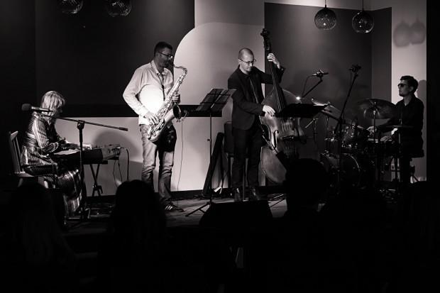 Koncert Oli Mońko i jej Kwartetu w ramach cyklu Jazz na peronie w Stacji Food Hall we Wrzeszczu.