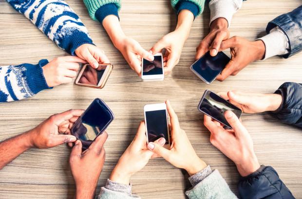 Co 10 badany uczeń deklaruje, że korzysta z telefonu praktycznie cały czas.