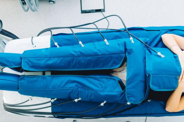 Fizjoterapeuci polecają kilka form terapii, m.in. manualny drenaż limfatyczny - MDL, bandażowanie oraz stosowanie wyrobów uciskowych.