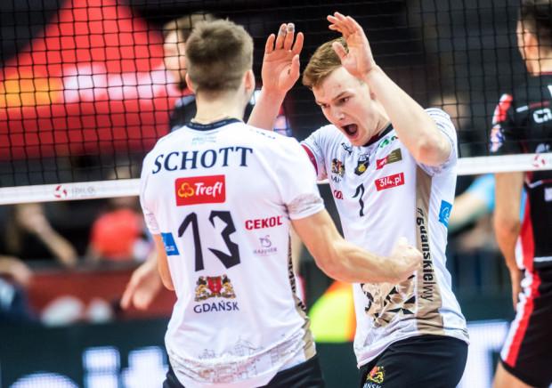 """W setnym, jubileuszowym spotkaniu w PlusLidze, Bartosz Filipiak (z prawej) zdobył 18, najwięcej punktów w zespole Trefla Gdańsk. MVP meczu został jednak Ruben Schott (z lewej), który zgarnął o jedno """"oczko"""" mniej."""
