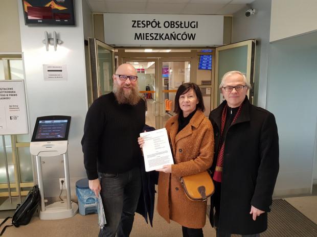 Petycję z podpisami złożyli w czwartek mieszkańcy Śródmieścia: Wojciech Rudnicki (po lewej), Hanna Kosycarz i Ryszard Bongowski.