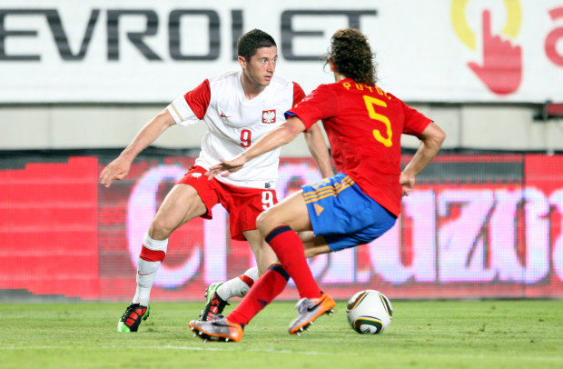 Polska po raz ostatni grała z Hiszpanią w 2010 roku. Przegrała 0:6. Na zdjęciu z tego meczu: Robert Lewandowski i Carles Puyol.