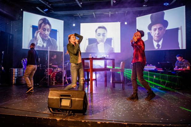 """""""Pora umarłych poetów"""" to spektakl muzyczny, koncert i widowisko multimedialne w jednym."""