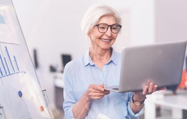 Emeryci, którzy ukończyli powszechny wiek emerytalny, czyli 60 lub 65 lat, mogą dorabiać do swojej emerytury bez ograniczeń.