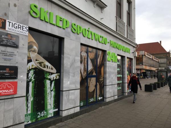 Montaż napisu oraz oklejenie witryn jest niezgodne z Uchwałą krajobrazową Gdańska.