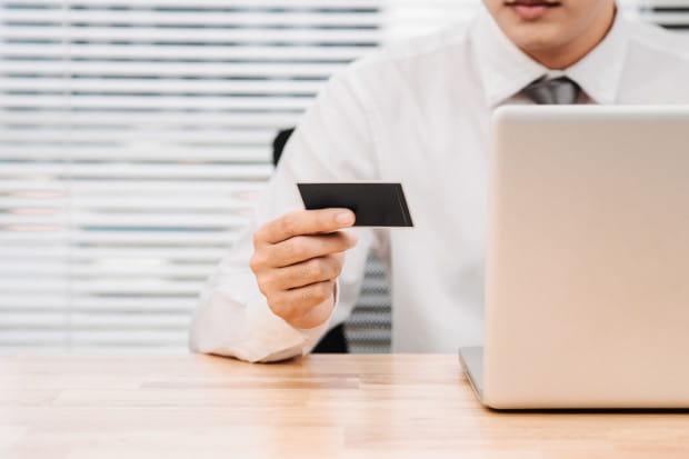 Urzędnicy podkreślają, że karty, które posiadają, mają limity, są przy tym wygodnym środkiem płatności, a wydatki - np. dzięki historii transakcji - łatwo można skontrolować.