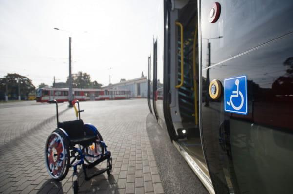 Każdy pasażer na wózku powinien być bezwzględnie wpuszczany do pojazdów komunikacji miejskiej.