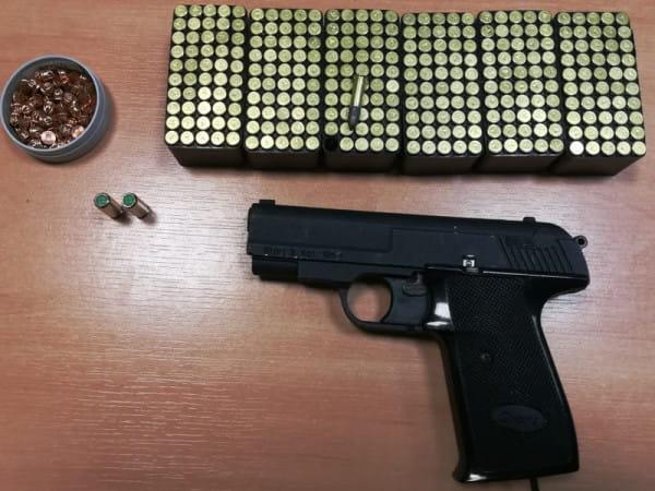 ... ale za posiadanie 300 sztuk amunicji bez zezwolenia i broni hukowej został już zatrzymany.