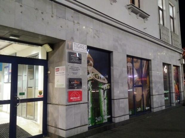 Niezgodny z przepisami napis reklamujący sklep zniknął z elewacji budynku.