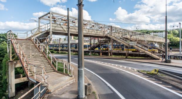 Charakterystycznym elementem przystanku SKM Gdynia Stocznia jest kładka nad torami.