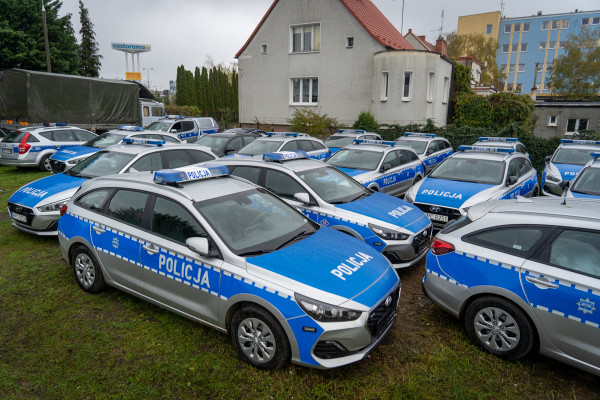 Nowe, oznakowane radiowozy policji