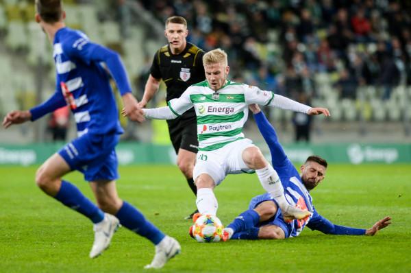Tomasz Makowski zaczyna wyrastać na kolejnego niezniszczalnego piłkarza w barwach Lechii Gdańsk. Na zdjęciu w meczu z Wisłą Płock, w pojedynku z byłym napastnikiem biało-zielonych - Grzegorzem Kuświkiem.