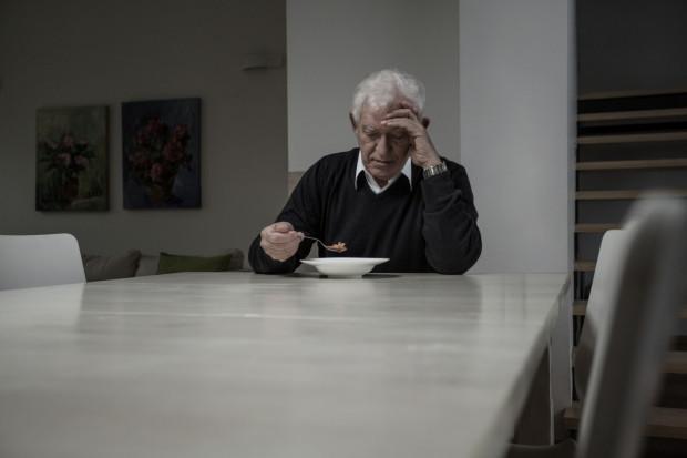 Niemal co piąta osoba po 65 roku życia czuje się samotna, a odsetek ten istotnie wzrasta wśród osób powyżej 80 roku życia.