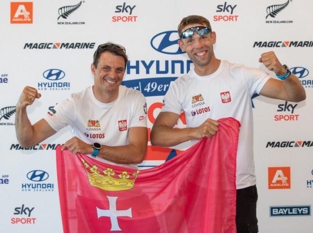 Łukasz Przybytek (z lewej) i Paweł Kołodziński po wywalczeniu kwalifikacji dla Polski do startu w igrzyskach olimpijskich Tokio 2020 w klasie 49er.