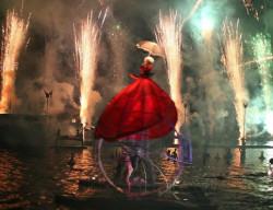 """Na finał Fety zaplanowano wyjątkowy spektakl na wodzie - """"Water fools"""" francuskiego teatru Ilotopie."""