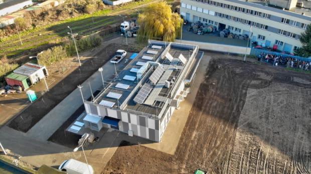 Na dachu budynku zamontowano urządzenia energetyki odnawialnej.