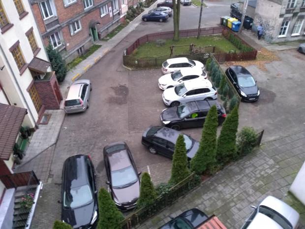 Wjazd  na gminne podwórko jest regularnie blokowany przez auta gości i pracowników hotelu.
