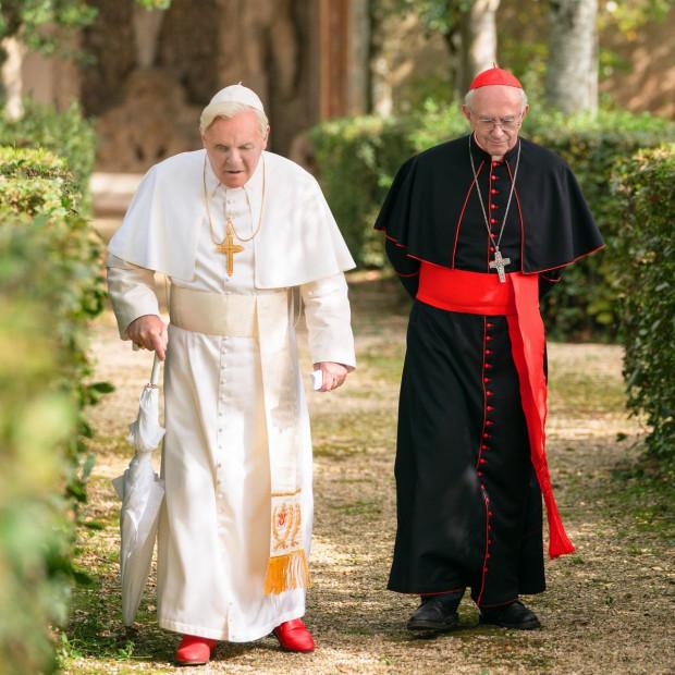 """""""Dwóch Papieży"""" to jedna z najbardziej wyczekiwanych premier kończącego się właśnie roku. W rolach głównych: Anthony Hopkins i znany m.in. z """"Gry o tron"""" Jonathan Pryce."""