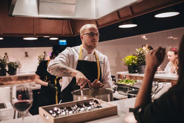Piotra Ślusarza, który zderza smaki kaszub ze street foodem (i nie tylko), spotkamy w studiu The Kitchen.