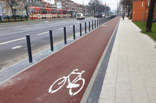 Nowa droga rowerowa wzdłuż al. Legionów we Wrzeszczu, widok w stronę skrzyżowania z ul. Kościuszki.