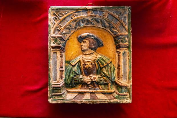 Przekazany w darze Muzeum Gdańska kafel przedstawia katolickiego arcyksięcia austriackiego Ferdynanda I Habsburga.
