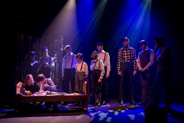 """Ostatnią jak dotąd premierą Stowarzyszenia Teatralnego Ingenium był musical """"Chłopcy z Placu Broni"""" (w grudniu 2018 roku) z udziałem kilkudziesięciu nieletnich wykonawców."""