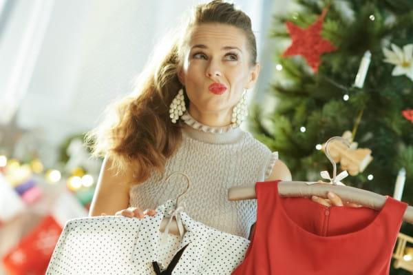 W świątecznych stylizacjach przeważają zwykle czerwone akcenty.