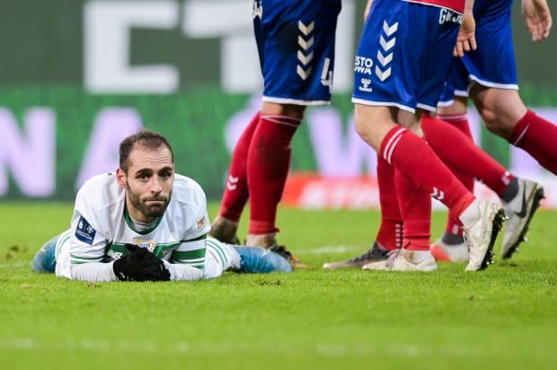 Lechia Gdańsk zakończyła rok drugą z rzędu porażką 0:3. Na zdjęciu Flavio Paixao, kapitan biało-zielonych, który najwyraźniej nie może uwierzyć w taki obrót sprawy.