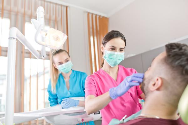 Zawód technik dentystyczny pozwala pracować w gabinetach i przychodniach stomatologicznych, placówkach ortodontycznych i protetycznych, a także umożliwia otworzenie własnej działalności.