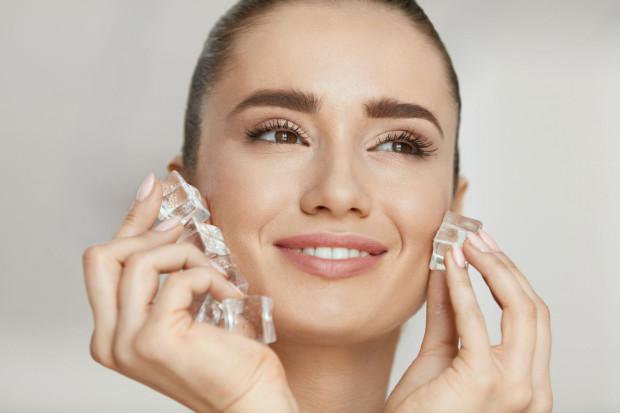 Masaż kostkami lodu zmniejszy opuchliznę twarzy, wygładzi skórę i poprawi owal twarzy.