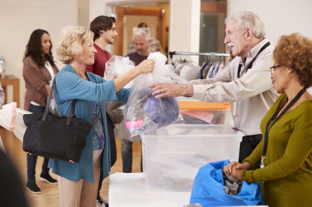 Niepotrzebną odzież można zanieść do sklepów charytatywnych, gdzie potem jest odsprzedawana.