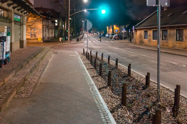 Zieleń zabezpieczona drewnianymi palikami przy ul. Polanki. Wcześniej w tym miejscu był chodnik ze słupkami.
