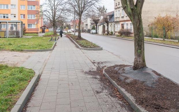 Ulica Żuławska z nowym chodnikiem, o którego czystość jednak nikt nie dba.