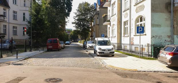 Nowy chodnik na ul. Łukasiewicza we Wrzeszczu jest jednocześnie miejscem do parkowania samochodów.