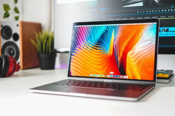 Co takiego tkwi w tych MacBookach, skąd fenomen? Czy to tylko przepłacony, niczym nie wyróżniający się gadżet, a może jednak przydatny każdego dnia sprzęt komputerowy?