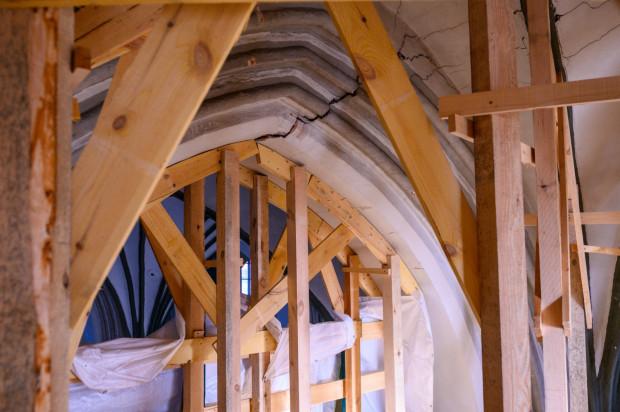 Drewniane rusztowanie wspiera pęknięte sklepienie w bazylice św. Mikołaja w Gdańsku.