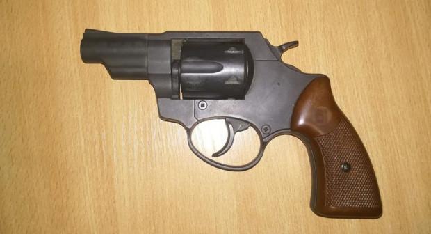 Za paskiem jednego z pasażerów, policjanci znaleźli broń gazową, na którą wymagane jest zezwolenie.