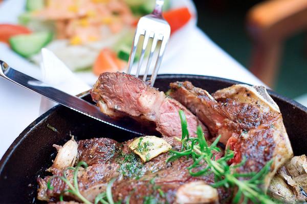 """Rasa wagyu, nazywana także kobe, jest znana z najwyższej jakości wołowiny na świecie, a jej wyjątkowość polega na """"marmurkowatej"""" strukturze mięsa (czyli tłuszczu osadzonym między mięśniami)."""