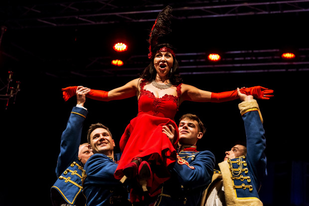 """Jedną z ozdób operetki """"Księżniczka czardasza"""" są kostiumy. W centrum Barbara Lewicka jako Sylva Varescu."""